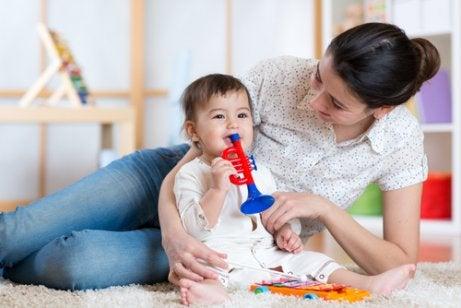 3 måter å underholde babyen din igjennom dagen på
