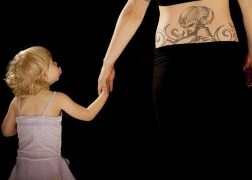 9 ideer for å få en tatovering med barnets navn