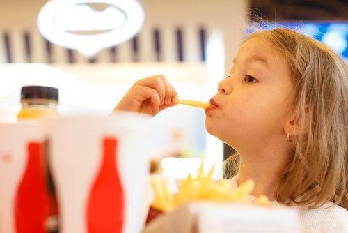 Et barn som spiser