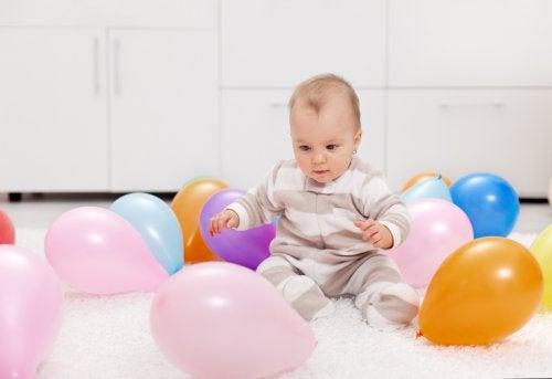 Hvordan fargerike ballonger kan gi babyen din sensorisk stimulering