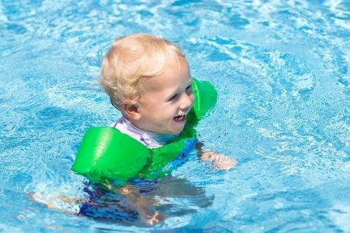 11 ting du bør ta med til bassenget for babyen din