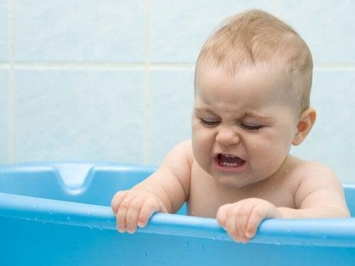 Babyen litt sur for å bade