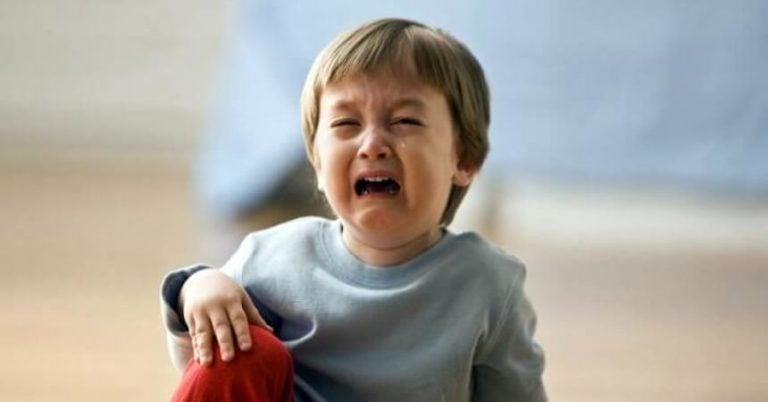 gutt gråter etter å ha slått hodet