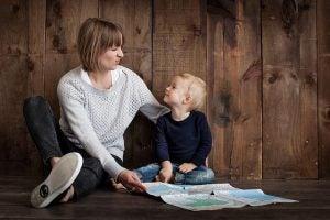 et barn kan begynne å le mens du irettesetter