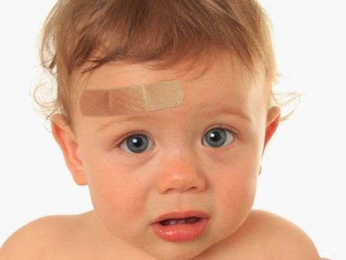 Hva skal jeg gjøre hvis barnet mitt slår hodet?