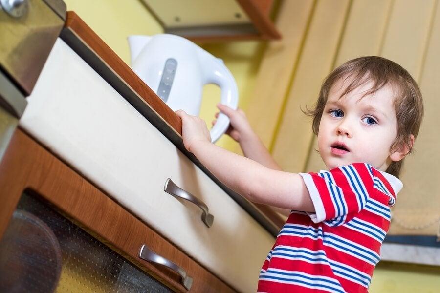Hva gjør man når et barn får kokende vann på seg?