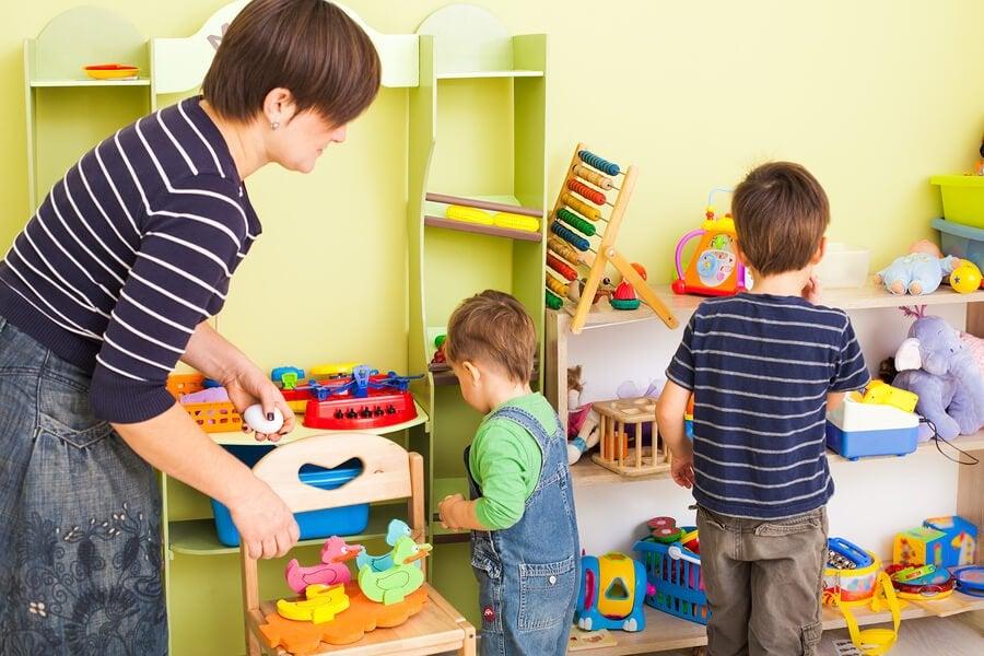 10 tips for å lære barn å organisere rommet sitt