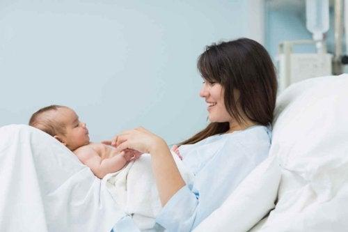 Øyeblikket etter fødselen: når en mor ser sin baby for første gang