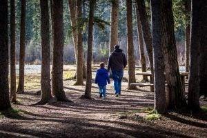far og barn i parken