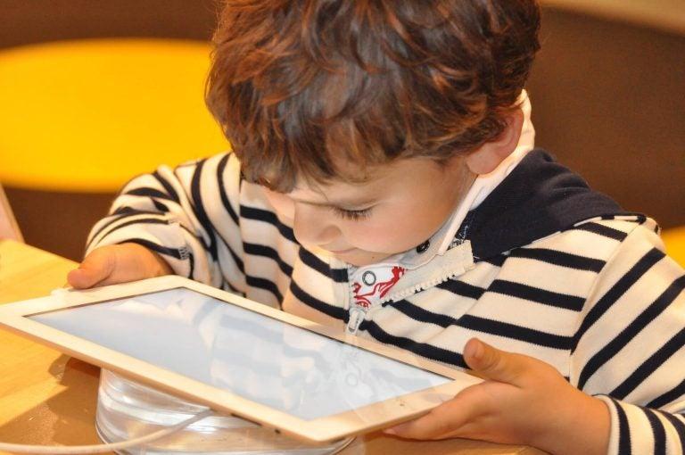 barn som leker med enheter