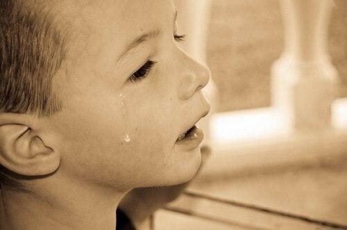 gutt gråter