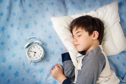 Hvordan hjelpe barnet ditt å våkne enklere