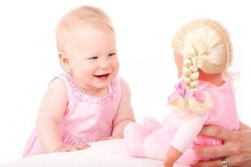 Baby leker med dukke