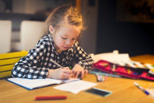 jente gjør lekser