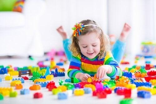 jente leker med duplo