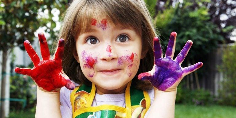 jente med hender malt med farger