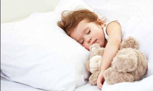 Lær barna å sove alene: dette trenger ikke å være vanskelig