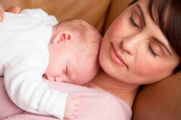 mamma holder babyen
