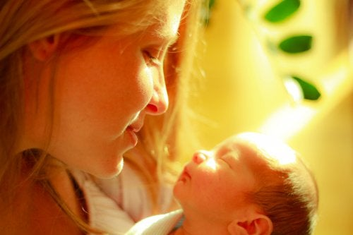 En mors berøring lindrer smerten hos tidlig fødte babyer