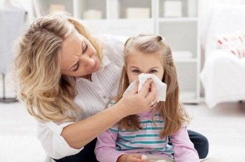 jente blør neseblod