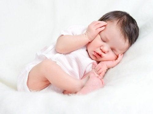 nyfødt som sover