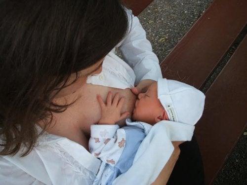 Kvinne ammer nyfødt baby