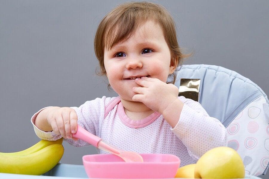 5 tips for å lære barn å spise selv