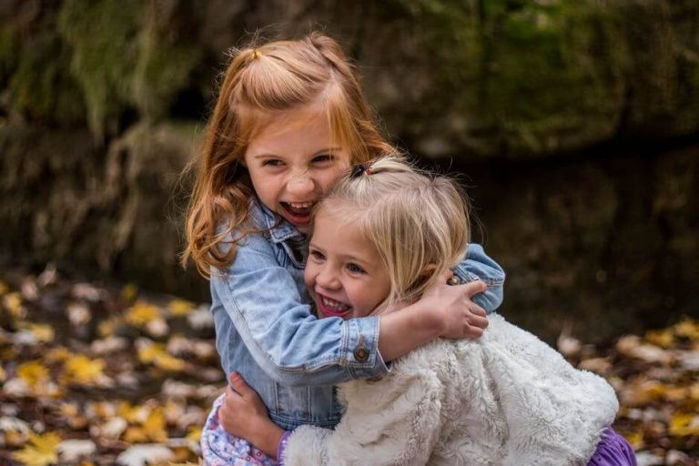 to jenter klemmer hverandre