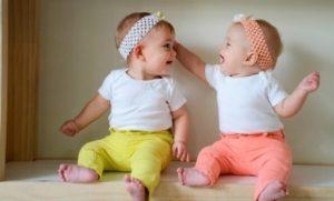 tvilling babyer kledd likt