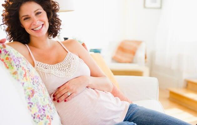 Gravid kvinne smiler