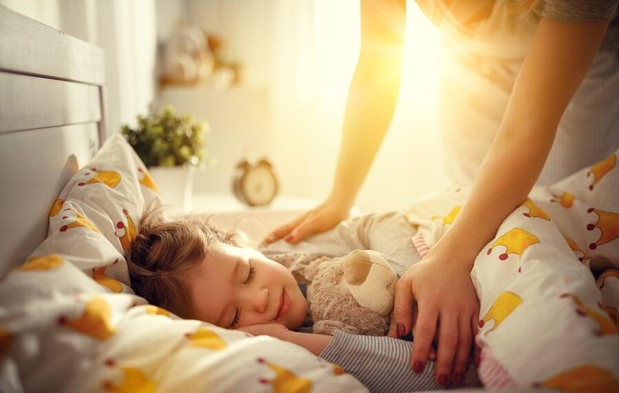 Hvordan hjelpe barnet ditt å våkne lettere