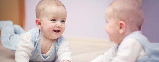 6 fordeler ved å leke med babyen foran speilet