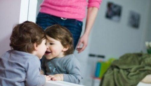 Fordelene ved  å leke med babyen din foran speilet