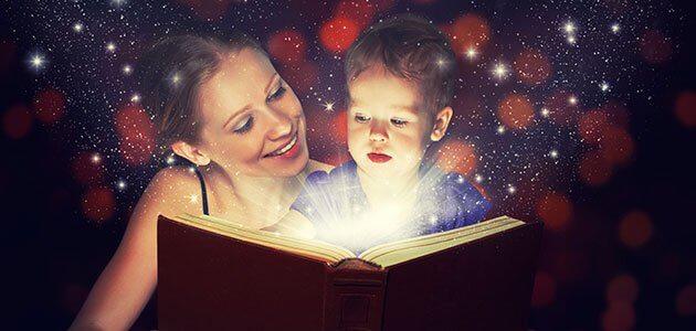Mor og barn leser eventyr