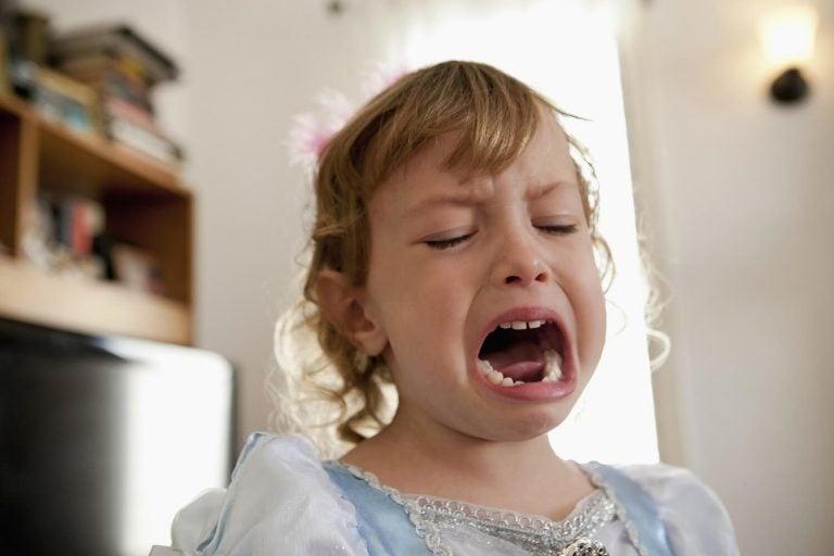 jente gråter og søker din oppmerksomhet