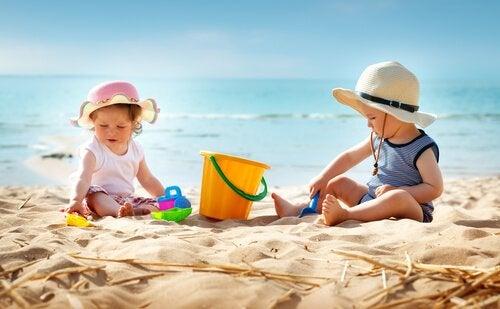 Barn leker på stranden