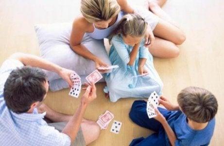 Å leke med barna gjør dem mer intelligente