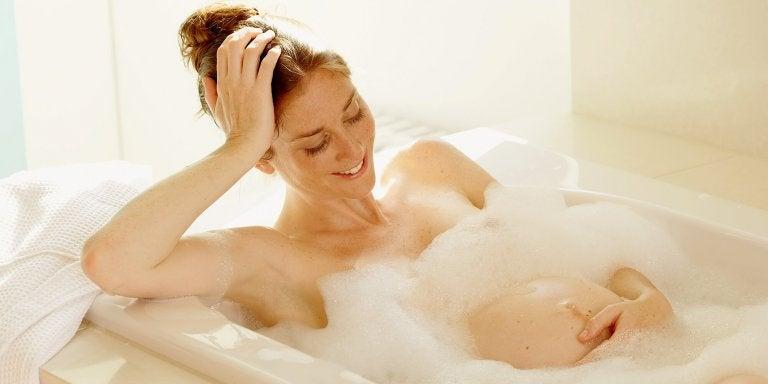Gravid kvinne i badekar