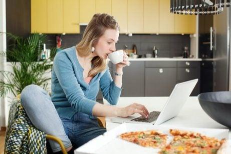 8 matvarer som skal unngås under amming