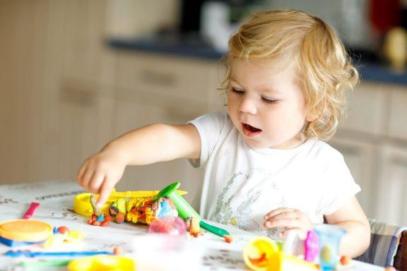 8 utviklende leker for 2-åringer