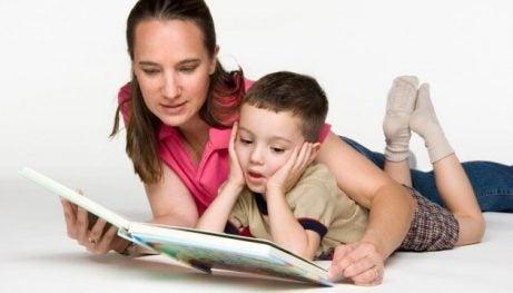 Hvordan lærer du barna å bli glad i å lese?