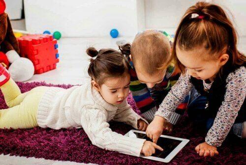 Barn som spiller på nettbrett