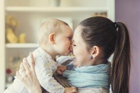 Hva skal jeg gjøre om barnet mitt biter andre?