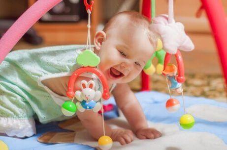 Når kan babyer begynne å løfte sine hoder?