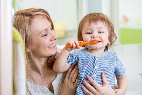 Barn lærer å pusse tennene