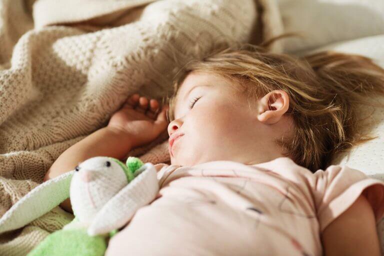 3 trinn for å få barnet til å sove i sin egen seng