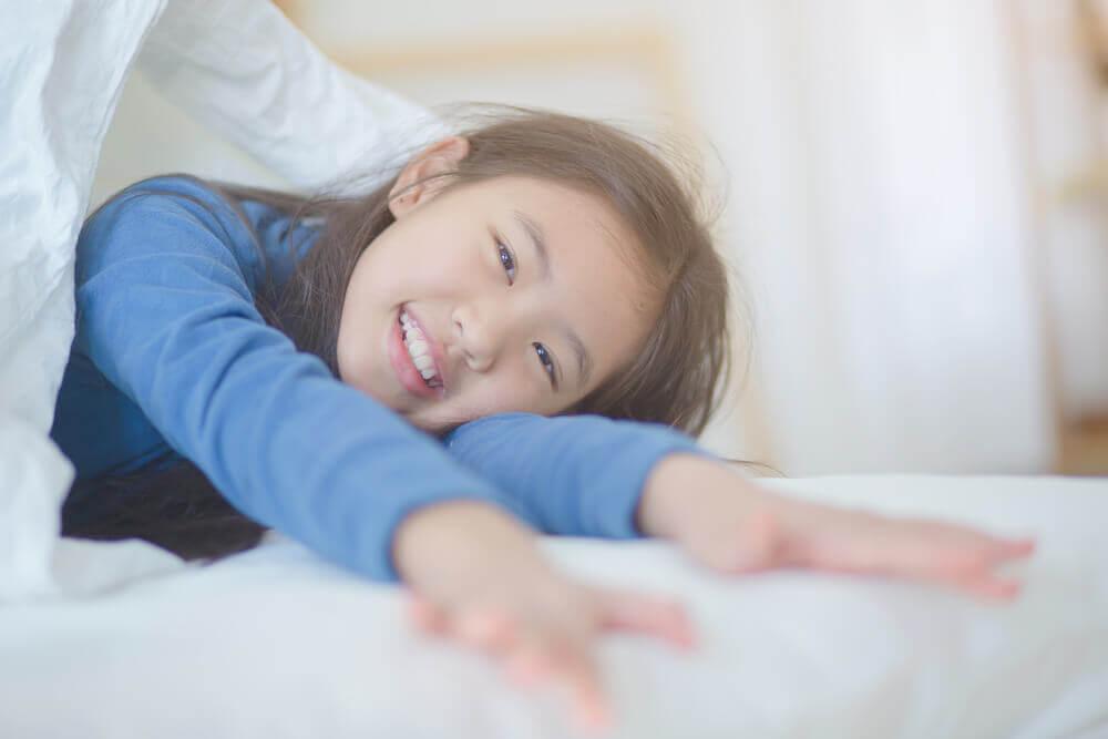 Slik kan du hjelpe barnet ditt med å våkne i godt humør