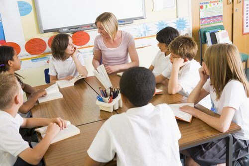 Lærer og elever i klasserommet