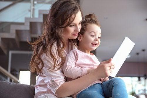 Mor og datter bruker nettbrett