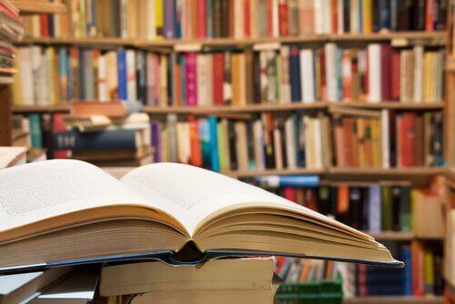Bøker i et bibliotek